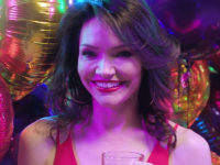 百老汇复排版《伙伴们 (Company)》释出宣传片,Katrina Lenk将在其中饰演Bobbie